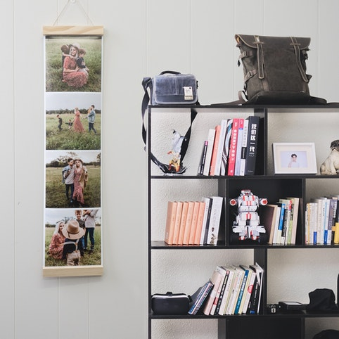 20x80cm strip with four 20x20cm photos (sold in sets of 3 strips), hanging by a 20cm wooden hanger (sold separately).